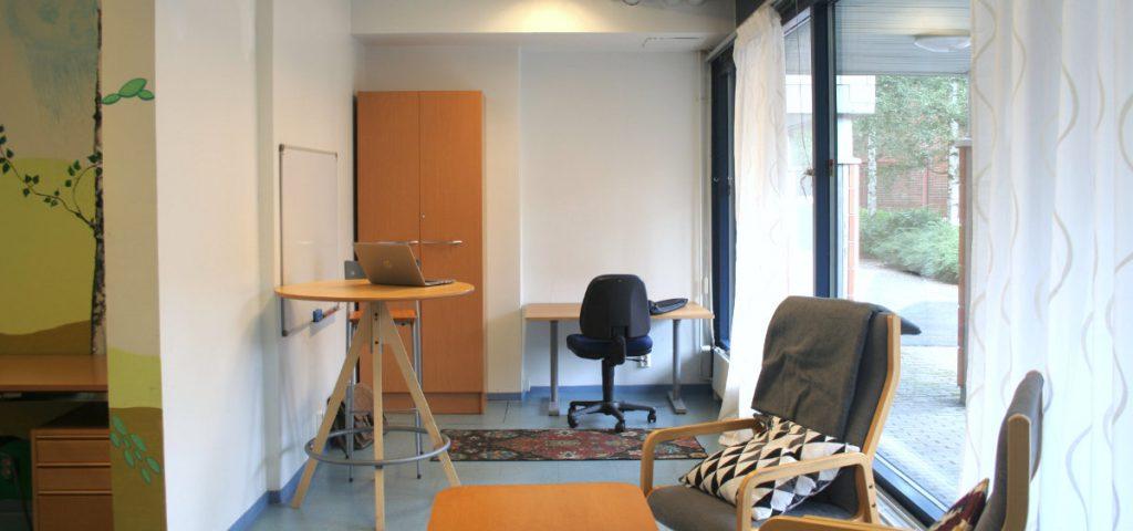 Duunihuoneella on isot ikkunat Puustellinpolulle. Peränurkassa on säädettävä työtuoli pöydän ääressä ja korkeampi seisomapöytä. Asukkaille tarkoitettu Duunihuone on tärkeä osa Kuntouussäätiön aluetyötä.