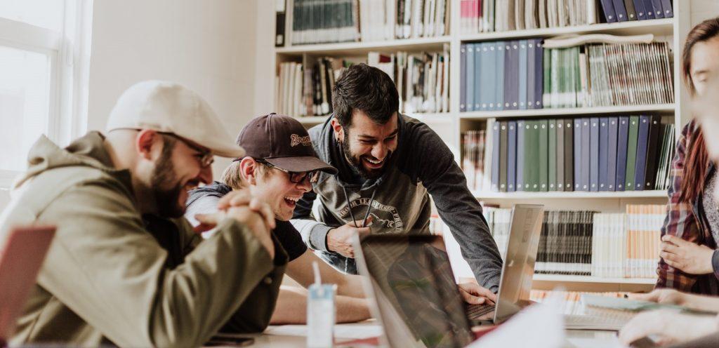Nuoret miehet yhdessä tietokoneella